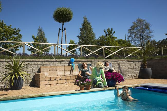 Badar i swimmingpool på Mellbygård